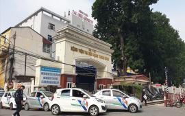 tai-dien-tinh-trang-lon-xon-taxi-don-tra-khach-truoc-cong-benh-vien